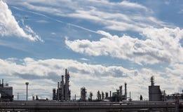 De raffinaderij van de olie over blauwe hemel Stock Foto