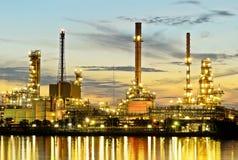 De Raffinaderij van de Olie van Bangkok in avondtijd Royalty-vrije Stock Foto's
