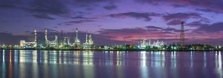 De raffinaderij van de tankerolie bij schemering Royalty-vrije Stock Foto