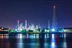 De raffinaderij van de tankerolie in Nacht Stock Afbeeldingen