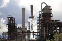 De Raffinaderij van de verontreiniging in Wolken Stock Fotografie