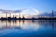 De raffinaderijfabriek van de rivier en van de olie met bezinning Royalty-vrije Stock Foto's