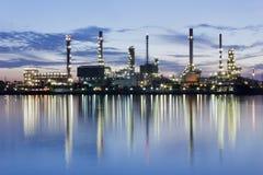 De raffinaderijfabriek van de rivier en van de olie met bezinning Stock Foto's