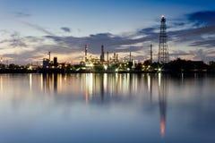 De raffinaderijfabriek van de rivier en van de olie met bezinning Royalty-vrije Stock Afbeeldingen