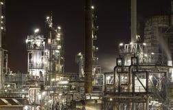 De raffinaderijinstallatie van de olie stock afbeeldingen