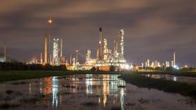 De raffinaderijinstallatie van de olie bij zonsopgang Stock Foto's
