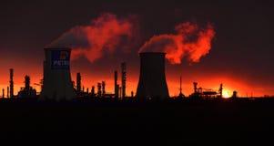 De Raffinaderijsilhouet van de Petrobraziolie, Roemenië Ploiesti royalty-vrije stock fotografie