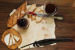 De raffinage toujours la vie du verre de vin rouge, fromage de camembert, baguette Images stock