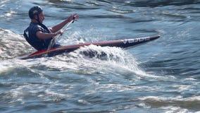 De Raftingsconcurrentie op een stormachtige rivier op de zomer, zonnige dag stock videobeelden