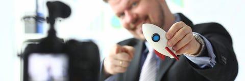 De raket in hand close-up van de zakenmangreep royalty-vrije stock afbeelding