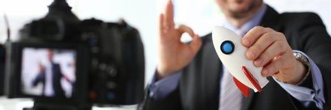 De raket in hand close-up van de zakenmangreep stock foto
