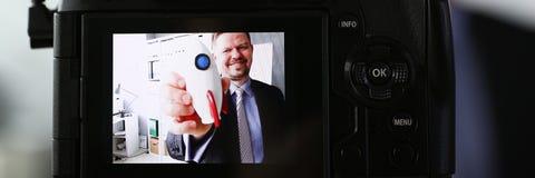 De raket in hand close-up van de zakenmangreep stock fotografie