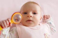 De rammelaar van de het meisjesholding van de baby stock fotografie