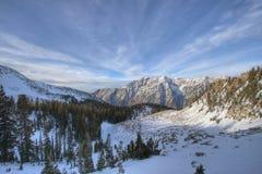 De rand en de wolken van de berg stock afbeelding
