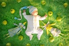 De rand van de babyslaap met groene appelen en textielfeeën Royalty-vrije Stock Fotografie
