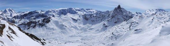 De rand van de berg in Alpen stock afbeeldingen