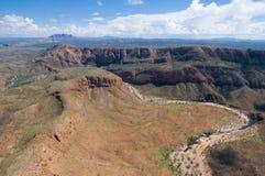 De rand van de berg en droge riviervallei, Australië stock foto's