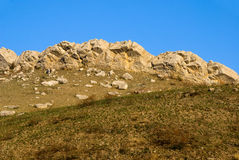 De rand van de steen op de heuvel Stock Fotografie