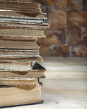 De rand van een stapel oude boeken liggend op een houten lijst Close-up Stock Foto's