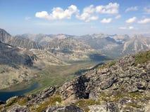 De rand van het meerbarguzinsky van de landschapsberg bij Meer Baikal, Buryatia Stock Foto's