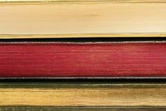 De randen van drie oude boeken stock afbeeldingen
