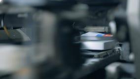 De randen van gedrukte boeken worden mechanisch afgesneden stock video