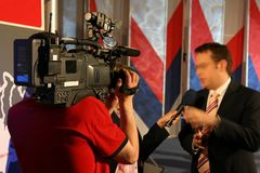 De rapportage van TV met commentator stock foto