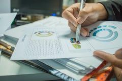 De rapportendocumenten van zakenmanPreparing met grafieken, grafieken op Stac Stock Foto's