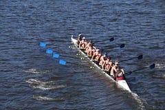 De rassen van Atlanta Junior Rowing Crew in het Hoofd van de Jeugd Acht van Charles Regatta Men ` s stock foto's