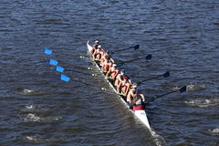 De rassen van Atlanta Junior Rowing Crew in het Hoofd van de Jeugd Acht van Charles Regatta Men ` s royalty-vrije stock foto