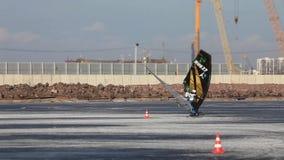 De raswinter windsurfer stock video