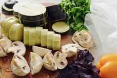 De rauwe groenten en de paddestoel verpakken dichtbij vacuüm Sous -sous-vide, nieuwe technologiekeuken stock afbeelding