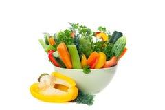 De rauwe groenten in groene kom Stock Afbeeldingen
