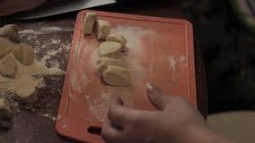 De ravioliingrediënten, bereiden huis-gekookte bollen op de lijst voor, floured stock video