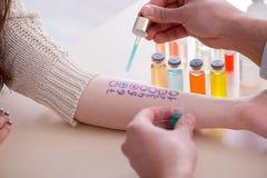 De reactie van de artsen testende allergie van patiënt in het ziekenhuis stock afbeeldingen