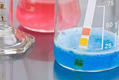 De reactie van chemische producten stock afbeeldingen