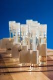 De reageerbuizen van het glas op houten boa Royalty-vrije Stock Foto