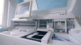 De reageerbuizen verwachten verwerking door een biochemische analyserende machine stock video