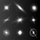 De realistische lensgloed speelt lichten en gloed witte elementen op transparante zwarte Vectorillustratie mee als achtergrond Royalty-vrije Stock Foto's
