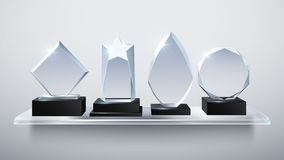 De realistische toekenning van de glastrofee, de transparante prijzen van de diamantwinnaar op planken vectorillustratie vector illustratie
