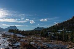 De recente Smelting van de de Lentesneeuw in Logan Pass stock foto's