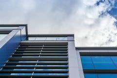 De rechte Moderne Bureaubouw met Witte Wolken Royalty-vrije Stock Fotografie