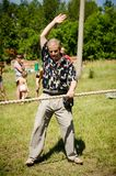 De rechter geeft het signaal aan het begin van de kabel die comp trekken stock foto's