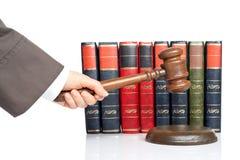 De rechter kondigt het oordeel aan stock foto