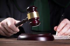 De rechter raakt de hamer en pronunces de definitieve uitspraak royalty-vrije stock foto