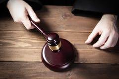 De rechter raakt de hamer en pronunces de definitieve uitspraak royalty-vrije stock afbeelding