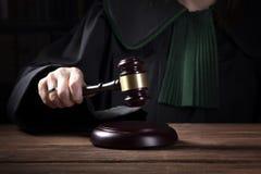 de rechter raakt het hamer, wets en rechtvaardigheidsconcept royalty-vrije stock foto's