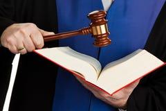 De rechters met standbeeld boeken en Rechtvaardigheid royalty-vrije stock afbeeldingen