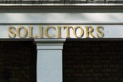De rechtskundig adviseurs ondertekenen op een bureaugebouw Stock Afbeeldingen