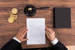 De Rechtszaal van rechtersreading paper in Stock Afbeeldingen